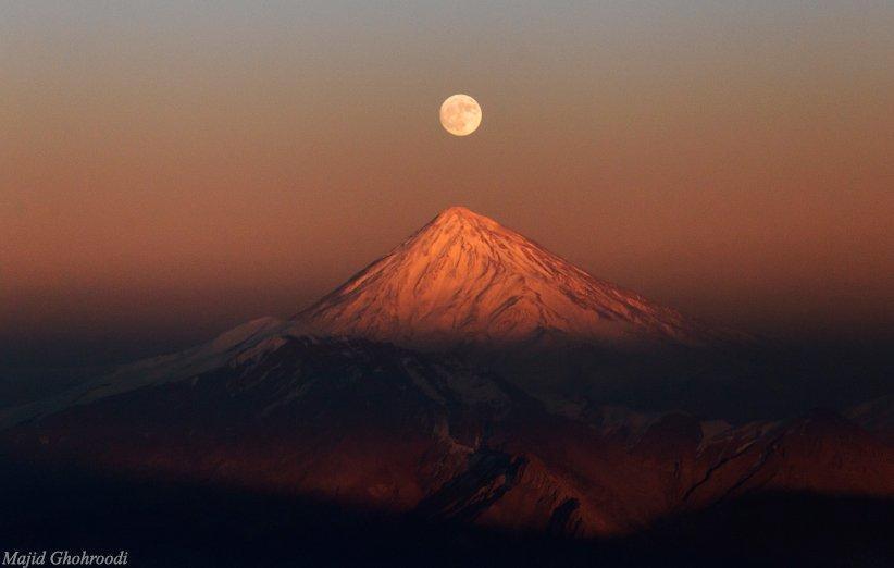 ماه در آغوش دماوند؛ نمایی خیره کننده از طلوع ماه کامل بر فراز قله دماوند