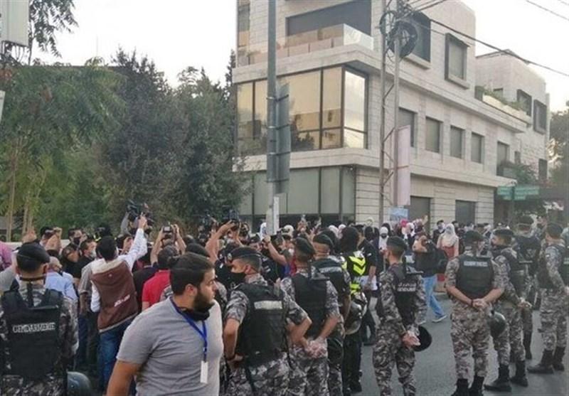 تظاهرات اردنی ها مقابل سفارت فرانسه در امان