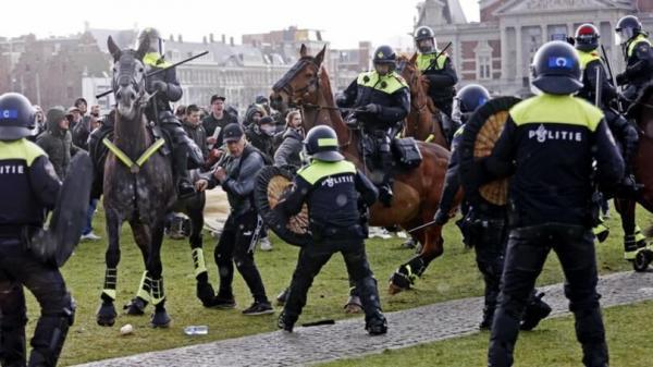 خبرنگاران اعتراض هلندی ها به محدودیت های کرونایی در آمستردام
