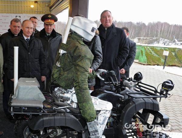 ربات روسی، سوار بر موتور چهار چرخ و قادر به شکلیک با اسلحه
