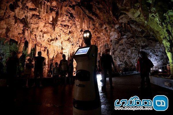اولین ربات راهنمای گردشگری در دنیا شروع به کار کرد